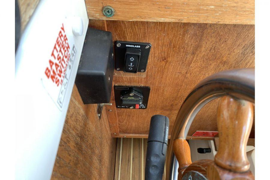 Hardy Fisherman 24 Extended Wheelhouse - windlass controls