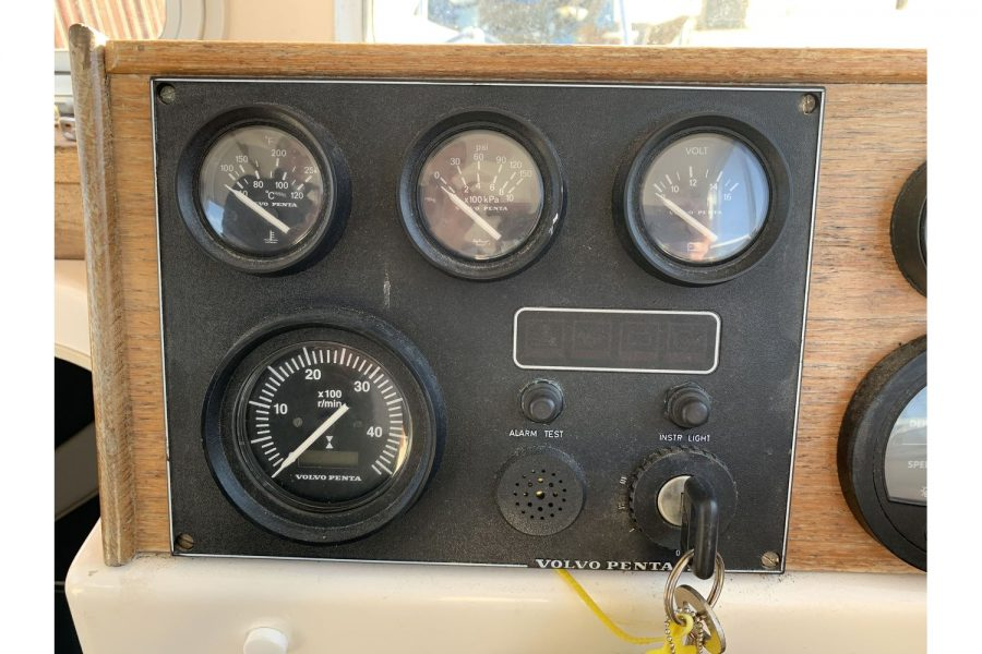 Hardy Fisherman 24 Extended Wheelhouse - gauges