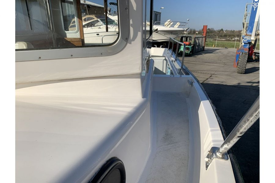 Hardy Fisherman 24 Extended Wheelhouse - bow to side deck