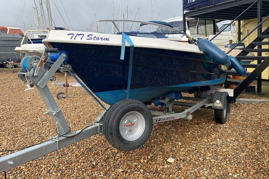 Sport Yacht 410 - on 2 wheel roller trailer