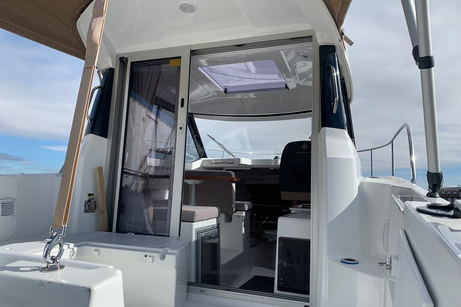 Jeanneau Merry Fisher 695 - wheelhouse sliding door