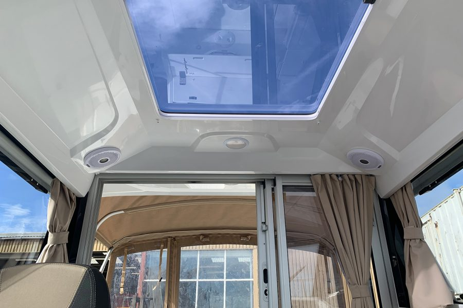 Jeanneau Merry Fisher 695 - wheelhouse sliding roof
