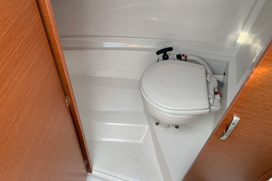 Jeanneau Merry Fisher 695 - marine toilet in separate compartment
