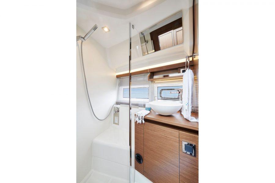 Jeanneau NC 37 diesel cruiser - shower compartment