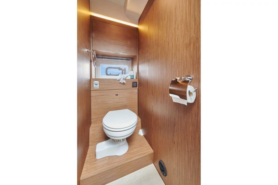 Jeanneau NC 37 diesel cruiser - toilet compartment