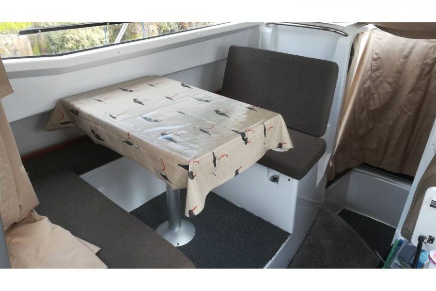 Jeanneau Merry Fisher 755 - wheelhouse saloon table