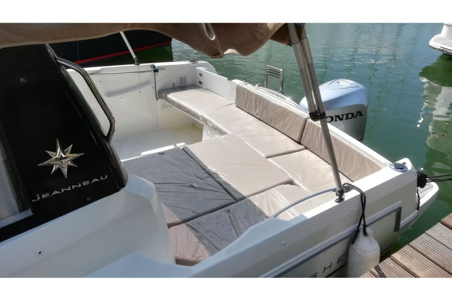Jeanneau Merry Fisher 755 - cockpit saloon converts to sun lounger