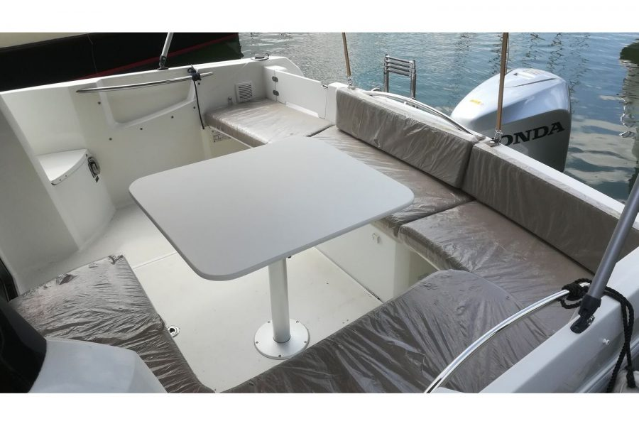 Jeanneau Merry Fisher 755 - cockpit saloon with table