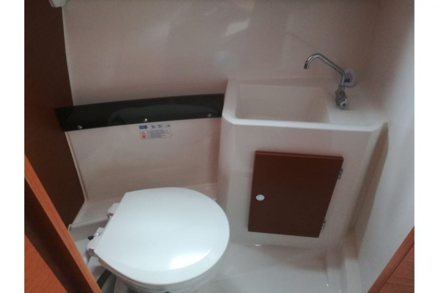 Jeanneau Merry Fisher 755 - toilet compartment
