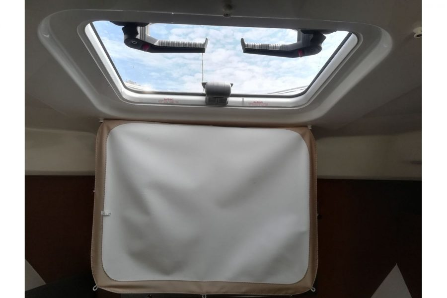 Jeanneau Merry Fisher 755 - wheelhouse roof hatch