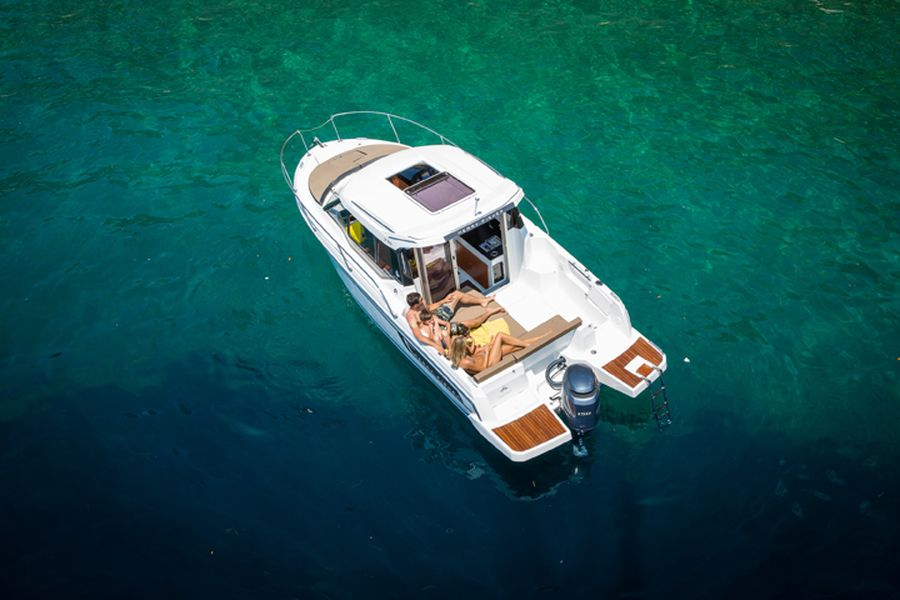 Jeanneau Merry Fisher 795 Legend - overhead view on the water