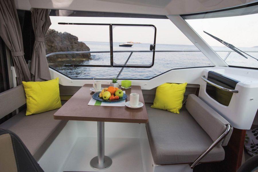 Jeanneau Merry Fisher 795 Legend - wheelhouse port side table