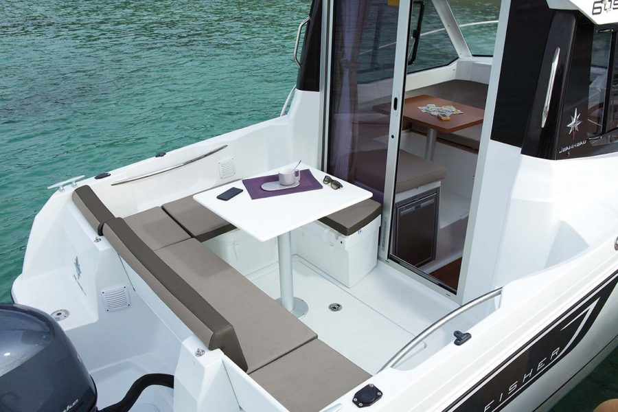 Jeanneau Merry Fisher 605 - U shape cockpit saloon and table