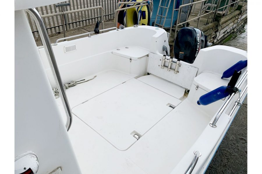 Quicksilver 620 - cockpit and rod holders
