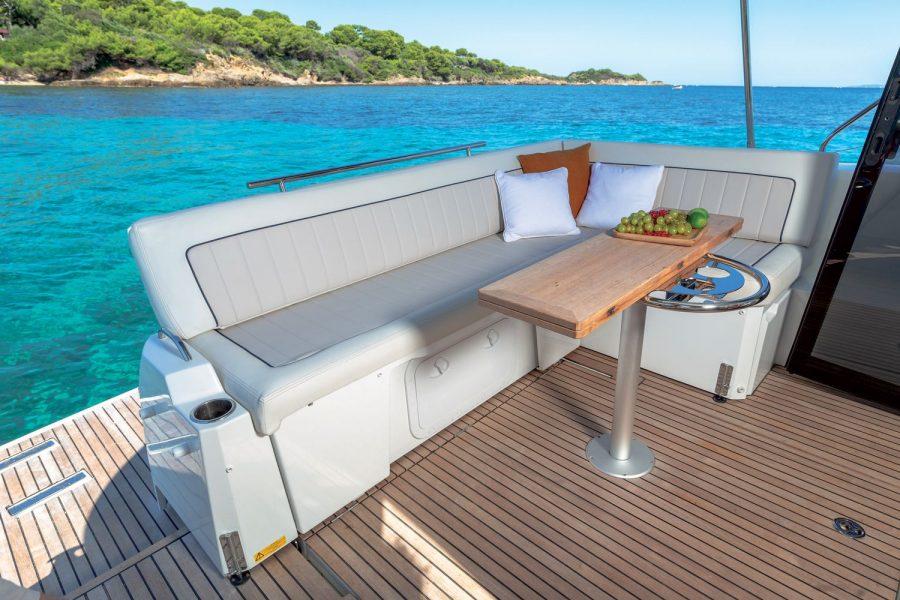 Jeanneau NC 37 - cockpit sofa and table