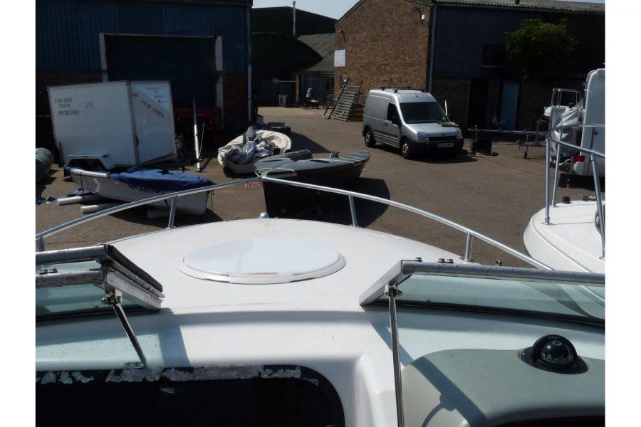 Four Winns Sundowner 205 - walk through windscreen to bow