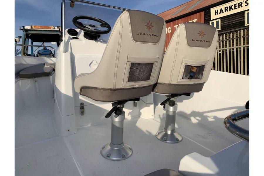 Jeanneau Cap Camarat 4.7 CC - pilot and co-pilot seats