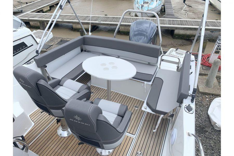 Jeanneau Cap Camarat 7.5 WA - cockpit table and seating