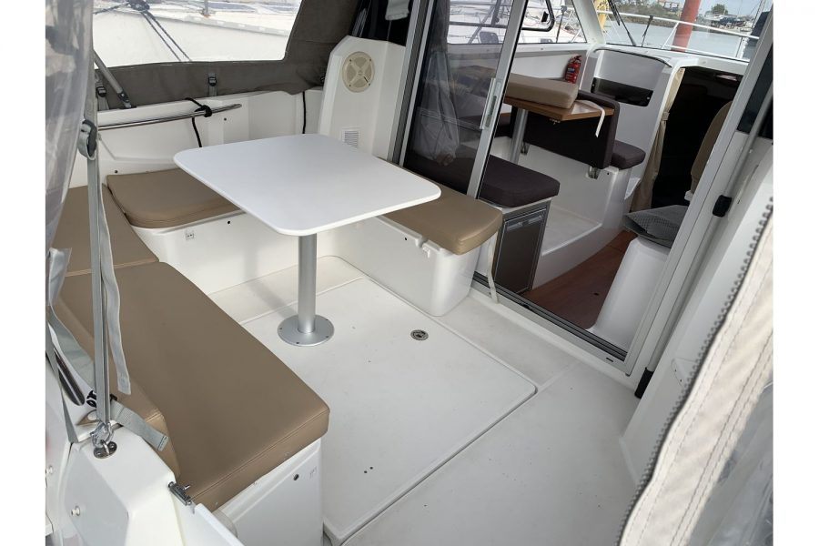 Jeanneau Merry Fisher 755 - aft U shape seating with table