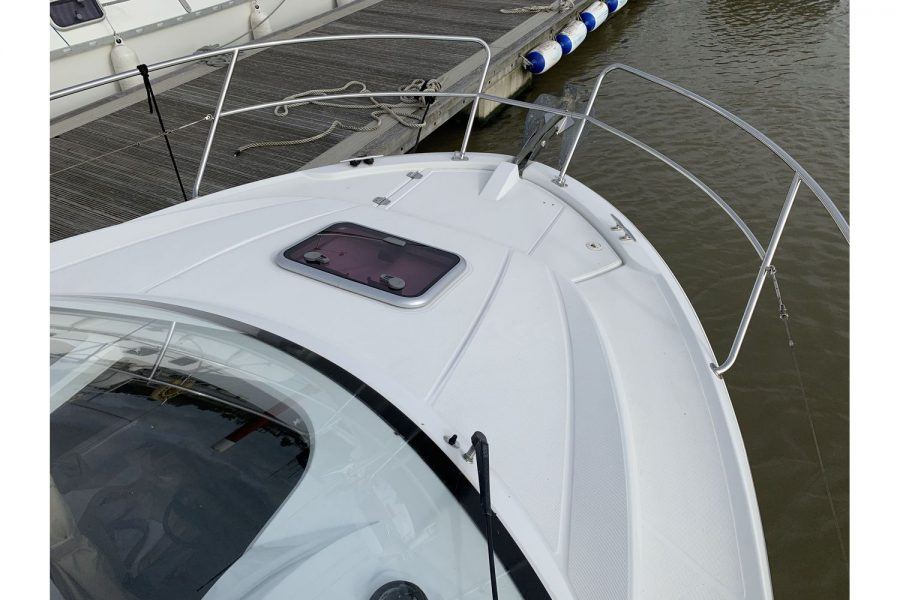 Jeanneau Merry Fisher 755 - bow with hatch to deck