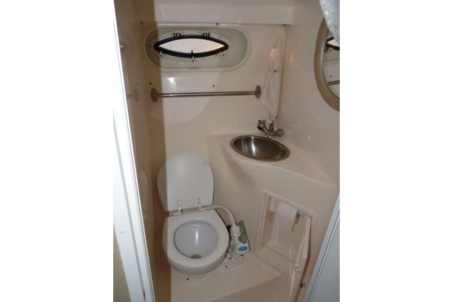 Rinker Fiesta Vee 250 - toilet compartment