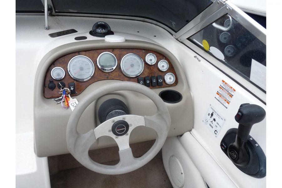 Chaparral 205 LE sportsboat - helm position