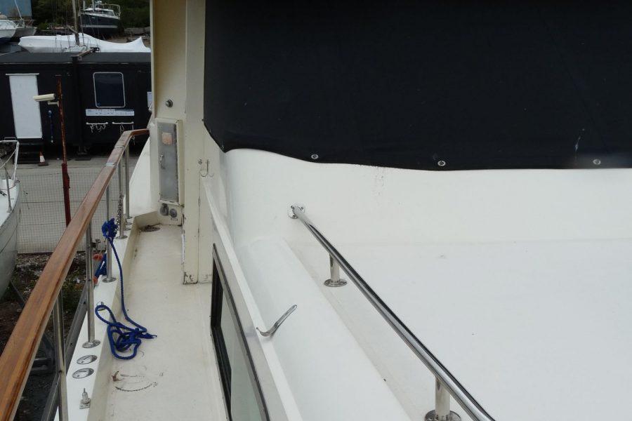 Hatteras 53 ED Motor Yacht - side decks