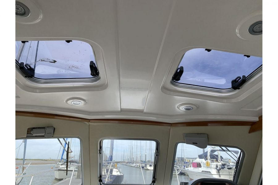 Jersey 30 motor cruiser - wheelhouse roof hatches
