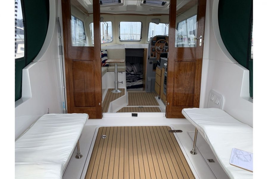 Jersey 30 motor cruiser - view into wheelhouse