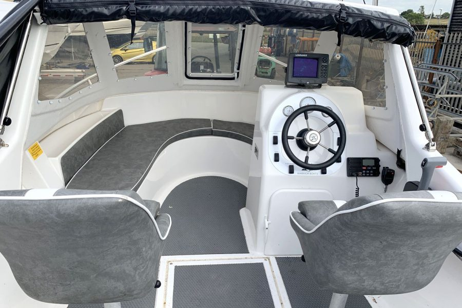 Warrior 175 fishing boat - cockpit and pilothouse