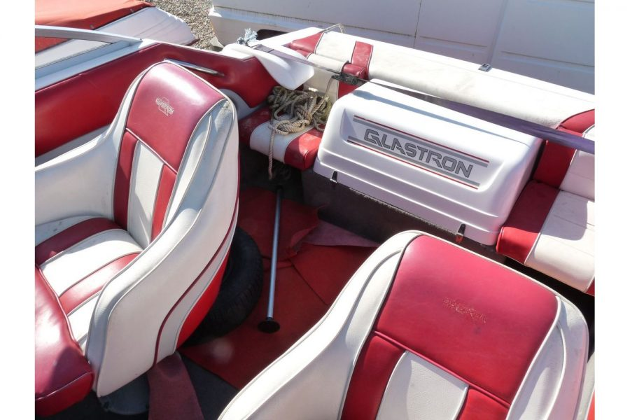 Glastron 2000 cuddy sportsboat - cockpit