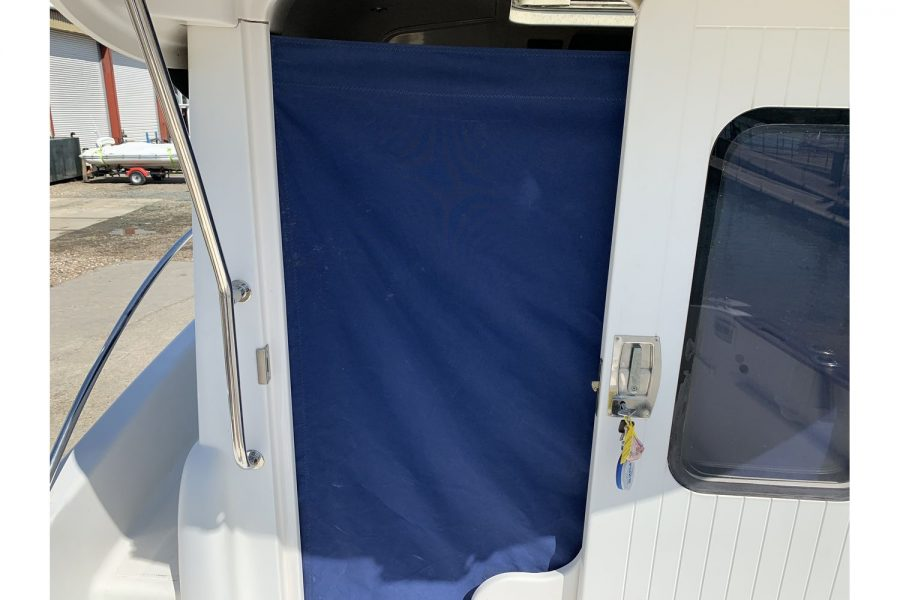 Quicksilver 640 fisherman - pilothouse door with curtain