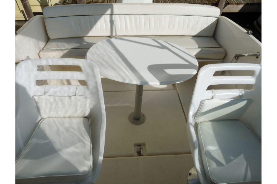 Jeanneau Leader 545 - cockpit table