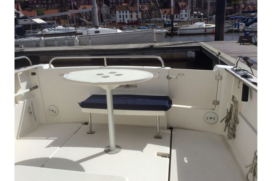 Jeanneau Merry Fisher 695 diesel - cockpit table with cup holders