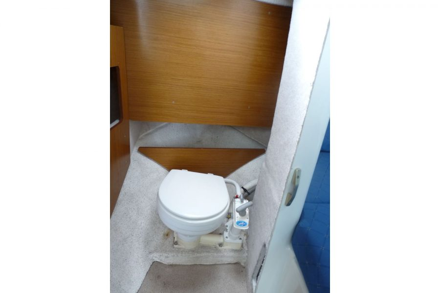 Jeanneau Merry Fisher 695 diesel - sea toilet