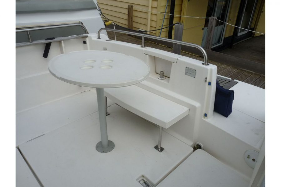 Jeanneau Merry Fisher 695 diesel - cockpit table