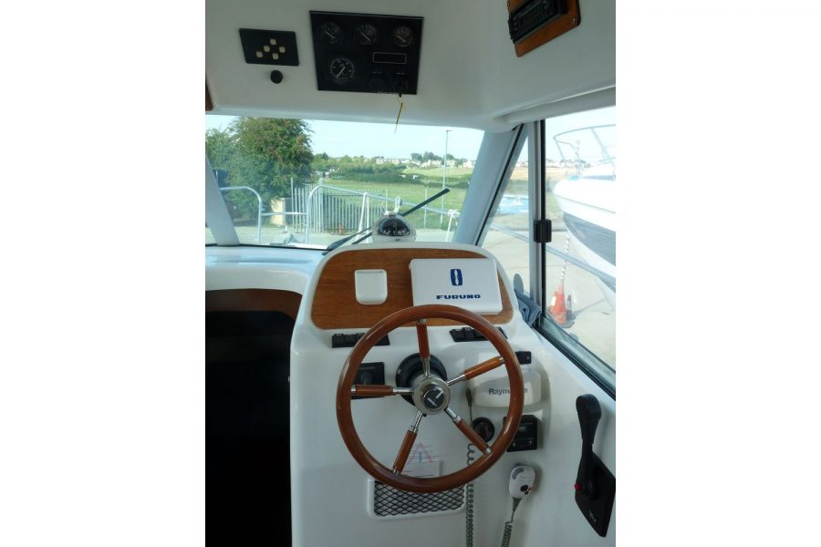 Jeanneau Merry Fisher 805 diesel - helm position