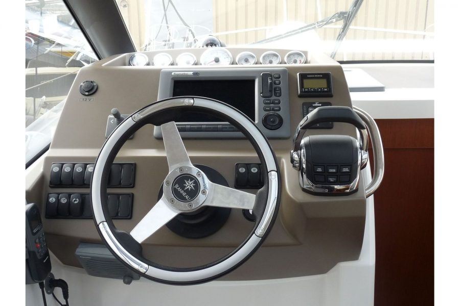 Jeanneau NC 9 diesel cruiser - helm position