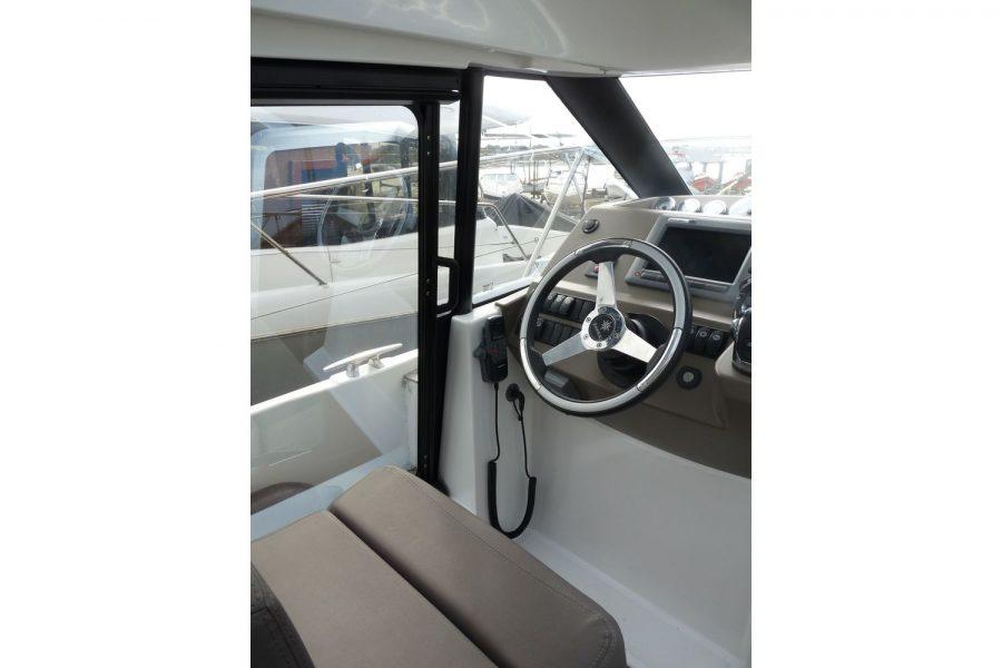 Jeanneau NC 9 diesel cruiser - port side door