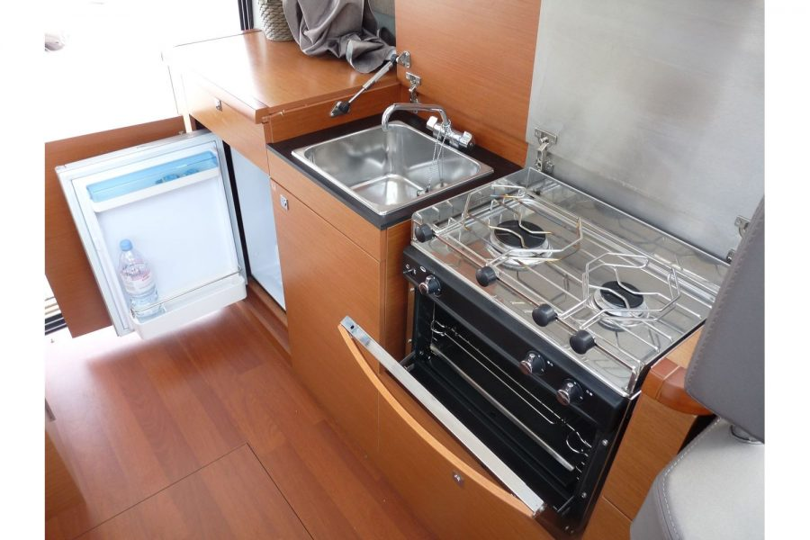 Jeanneau NC 9 diesel cruiser - galley with hob, oven and fridge