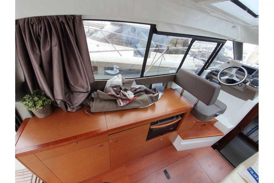 Jeanneau NC 9 diesel cruiser - wheelhouse port side