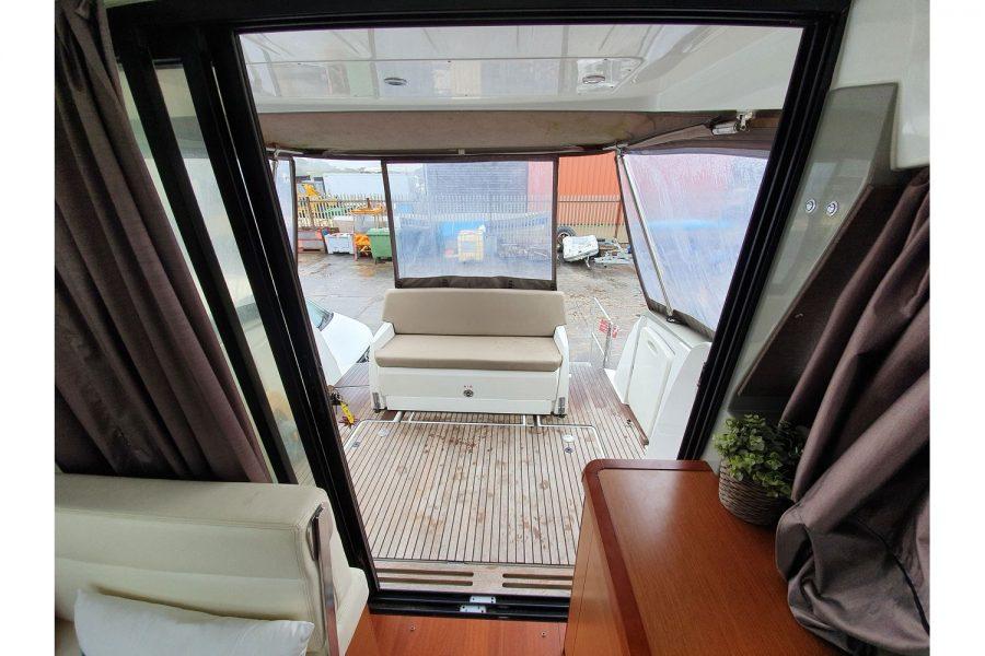Jeanneau NC 9 diesel cruiser - cockpit sofa