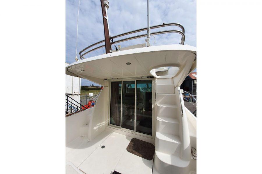 Jeanneau Prestige 32 Flybridge - starboard side steps to flybridge