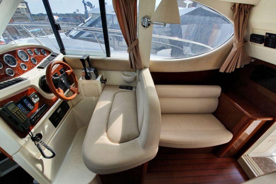 Jeanneau Prestige 32 Flybridge - helm position