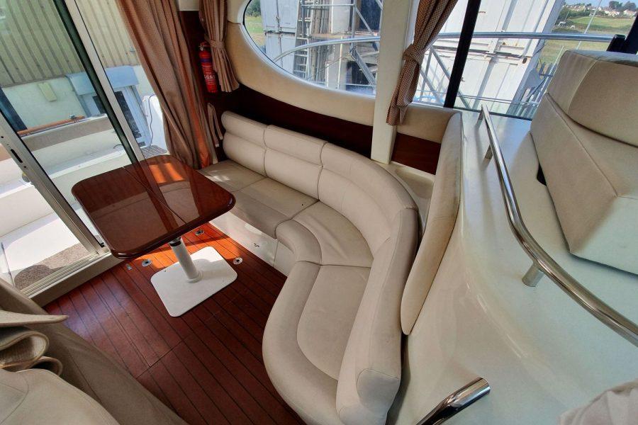 Jeanneau Prestige 32 Flybridge - port side seating and table