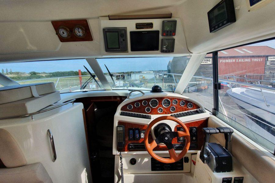 Jeanneau Prestige 32 Flybridge - engine controls