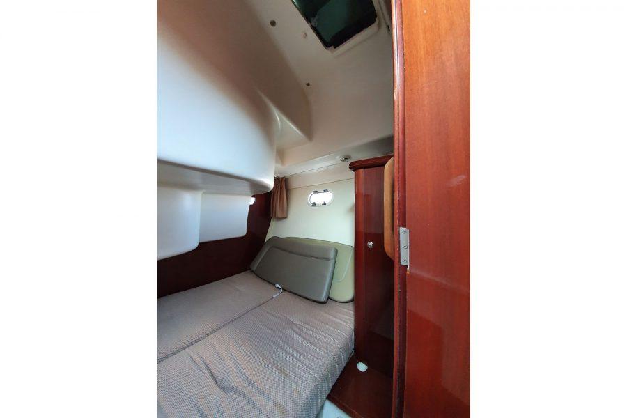 Jeanneau Prestige 32 Flybridge - 2nd cabin, roof hatch and toilet compartment door