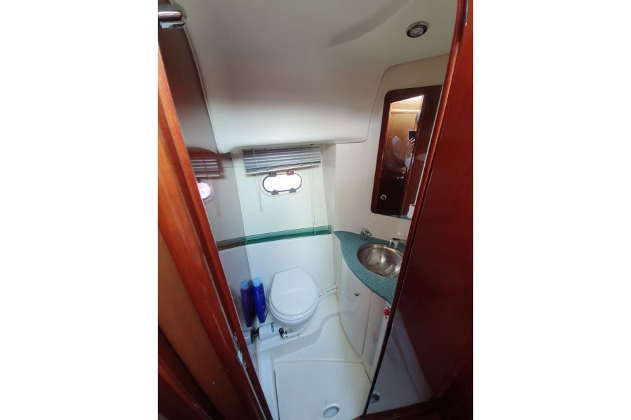 Jeanneau Prestige 32 Flybridge - toilet and shower compartment