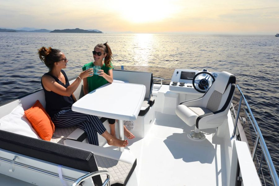 Jeanneau Merry Fisher 38 Flybridge - seating and helm position on flybridge