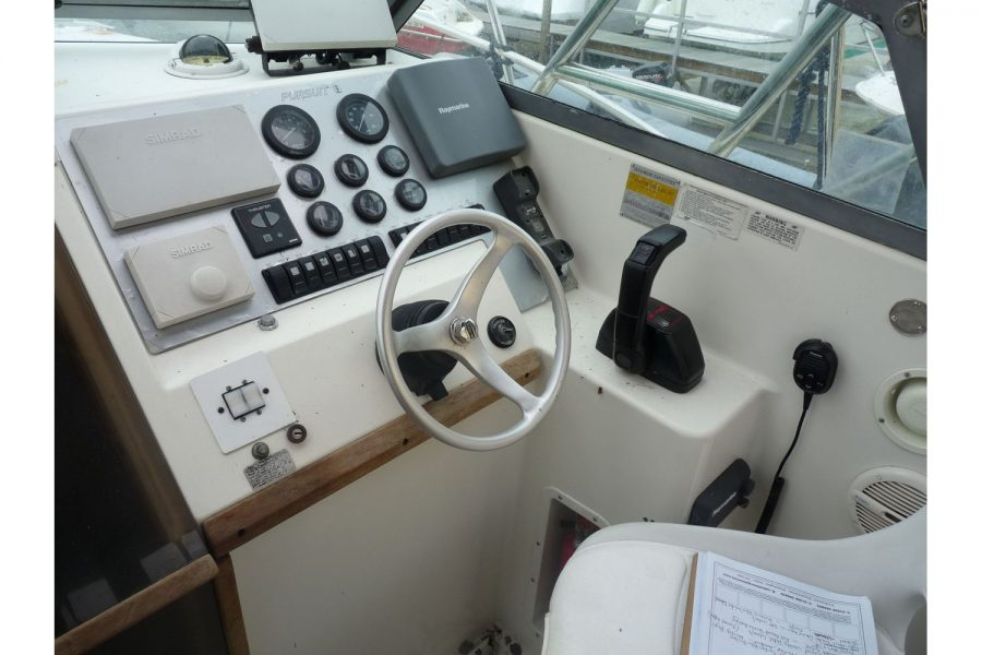 Pursuit 2350 fishing boat - helm position